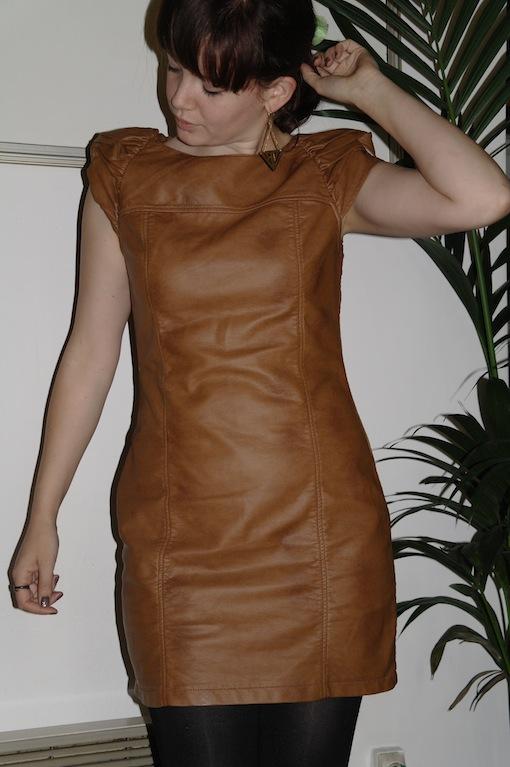 Robe en cuir camaieu